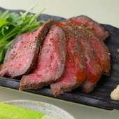 食欲をそそられる美しいピンク色の断面、ゆっくり時間をかけ肉の旨みを閉じ込めた『ローストビーフ』
