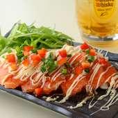 食事のスタートにオススメな一品、新鮮なサーモンに酸味の効いたタレがよく合う『サーモンのカルパッチョ』