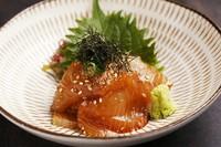 新鮮なカンパチと風味豊かな胡麻ダレ、さっぱりとした味わいで食欲をそそる博多の郷土料理です。
