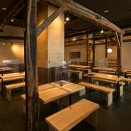 広々とした空間にゆったりと座席を設け、各席にパーテションを設置したテーブル席