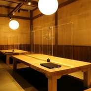 バリアフリーアクセスが叶う店内には、テーブル席の他に掘りごたつタイプの座敷席やカウンター席も完備。お一人さまからお子さま連れのファミリー、大人数のグループまで、幅広いシーンで利用することができます。