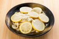 凍ったレモンスライスが敷きつめられた、見ても、触っても、食べても冷たいうどん。