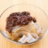 小豆がこんもりのった、夏らしいデザート