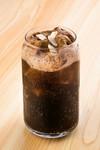 コーラの中に不気味な色のアイス(チョコアイス)が隠されていて、見た目は黒くて恐ろしいが、混ぜると甘いコーラシェイクに。