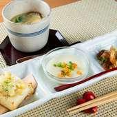 プチ・コース料理のような風情さえ感じさせる一品ずつ手のこんだ『前菜三種盛り』と『茶碗蒸し』