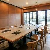 広めのテーブルに個室あり。ゆったりと楽しい時間を満喫できる