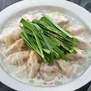 鶏ガラをじっくりと煮込んだ濃厚な鶏白湯で炊いた餃子は、焼き餃子とはまたひと味違った味わい。 そのまま食べても、ポン酢をつけて食べても格別な美味しさです。 残ったスープで雑炊にするのもまた絶品!