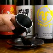 日本全国の有名な銘柄を揃えた日本酒。新鮮でイキのいい魚料理にぴったりです。日本酒の他にも焼酎、果実酒、カクテルなどもあります。