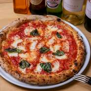 生地のモチモチ感は、イタリア産の小麦から。そして特製トマトソース、チーズ、バジルなどがマッチしたピザの王道至高の一品。