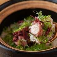 自由な発想で織りなすディナーコースの〆には、炊き立ての『土鍋ごはん』が登場。地元の米農家・のはら農研さんがつくる無農薬・無肥料米と、季節の食材が絶妙にマッチ! 写真は一例の『熊本地蛸の土鍋ごはん』。