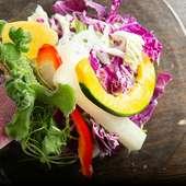 バリエーション豊富な野菜を自家製ドレッシングでめしあがれ