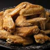 地鶏の本場宮崎では、骨付き地鶏をジューシーに丸ごと焼き上げ