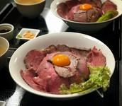 当店のローストビーフ丼は本店の奄美大島で行列を作った確信ある人気メニューが鹿児島店に登場です!インスタ映え間違いなし味噌汁付き。 ※肉増し 352円