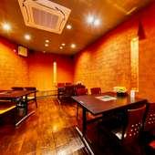 煉瓦色の壁があたたかな雰囲気を醸し出す店内