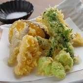 毎朝仕入れる地元産の「武蔵野野菜」。四季折々の味覚を堪能できる『旬の野菜の天ぷら』