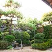 お部屋から緑の中庭を眺めながら食事を楽しんで