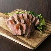ゆっくりじっくりと低温調理することで、肉の旨みを閉じ込めた『自家製ローストビーフ』(数量限定)