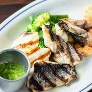 常に4種類ほど、その日に仕入れた魚介を使用しているため、味付けは塩コショウでシンプルに。香草とアンチョビのペーストを添えているため、好みで味を変られます。