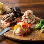 一皿の上に、素材も味付も異なる料理が6種類盛り付けられています。料理人が一つ一つにアレンジを効かせており、見た目の華やかさとおいしさに夢中になれる逸品です。