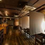 お店のテーマカラー黒と木調を効果的に活用した和モダンな空間
