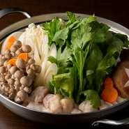 プリプリ・ジューシーなマルチョウとシマチョウを使用した新感覚の甘辛すき焼きです。〆は北九州・小倉地域でお馴染みドキドキうどん風に、しょうがをたっぷり入れた後にうどんを投入。心も身体も温まるお鍋です。