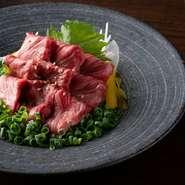 牛肉はその時に最も状態の良い和牛、豚肉は油が甘く野菜との相性抜群の地元・福岡の糸島豚、鶏肉は国産の朝引き鶏です。『和牛の刺身』には牛1頭からわずか数キロしか取れない希少な部位を贅沢に使用しています。