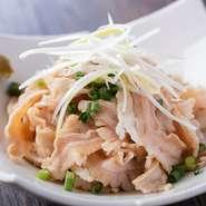 目にも鮮やかな馬肉のお刺身は、九州・熊本を代表する定番グルメの一つ。希少な部位に出合えるのも、この店を訪れる楽しみ。ほんのり甘い「ゑびす醤油」をつけていただけば、思わずお酒も進みます。