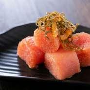 大分県宇佐市名産の「ゆず」と北海道産の「日高昆布」を使用し、3日間かけて熟成させた逸品です。辛さの中にも深い旨みが感じられ、格別の味わい。好みのお酒と楽しむほか、お土産にしても喜ばれます。