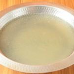 店仕込みの特製スープ、当店に来たらまずこの味からお楽しみください。