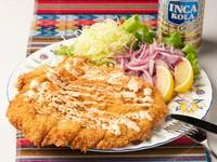 人気の看板メニュー。大きな鶏胸肉のカツレツ『ミラネッサ・デ・ポジョ』