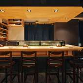 寿司店の特等席で、寿司通気分を満喫。料理長との会話もご馳走