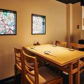 ステンドグラス調の窓からの光が柔らかいテーブル席