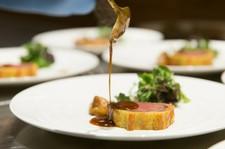 季節の食材をたっぷり使用した、本格的かつ独創的なフレンチを満喫できます。