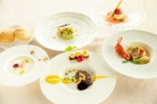 牛フィレ肉、フォアグラ、オマール海老などの贅沢食材をリーズナブルに楽しめる特別なコースです。