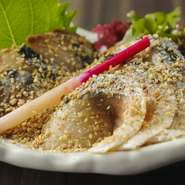 鯖を酢で〆た物を醤油、調理酒、おろし生姜の出汁に漬け込んだ一品! すり胡麻がかかって絶品の一品!