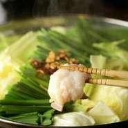 モツのプルプル食感に加えて、キャベツの甘み、5時間かけて煮込む秘伝の出汁のもつ鍋は格別な一品!! お好みによって具材の追加もでき自分だけのもつ鍋を味わえます! ※二人前から承ります。