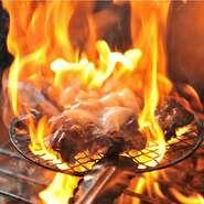 鮮度抜群で歯ごたえのある薩摩赤鶏を炭火で豪快に香ばしく焼上げました!!   写真のように火を豪快に上げる事により、旨味を閉じ込め、備長炭の風味を味わえます! 数量限定! 売切れ御免!!