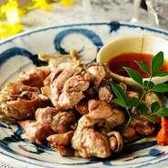 宮崎県産の新鮮な薩摩赤鶏を専門の料理人が丹念に炙ります。歯ごたえが良く旨味がしっかり詰まったオススメの逸品です