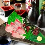 身が締まっていてサッパリとした上品な味が特徴的です。食感は弾力がありコリコリとして噛む度に美味しさが溢れます。白身魚の柔らかく広く深い味わいと程よい脂の甘さをお楽しみ下さい。
