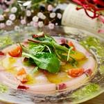 当日の新鮮な鮮魚を使ったカルパッチョ。レモン風味のドレッシングを添えて