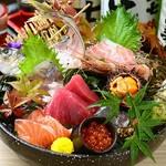 旬のお刺身を盛り合わせにしており美味しいお刺身を提供します。