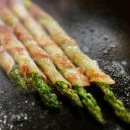 アスパラと豚肉の素材を活かすため、鉄板で焼き上げ+蒸します。アスパラの甘みと豚肉のジューシーな旨みをお試しください。鉄神人気ナンバー5に入る一品です!