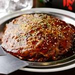 もちもちの太麺を使って作った広島焼き。本格的なこの味を是非おためしください!