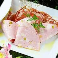 味わい深い熟成サラミの盛り合わせです。