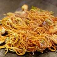 もんじゃ焼きでは絶対に外せない不動のナンバー1。とろけだすお餅に明太子とチーズを絡めたベストマッチな料理です。