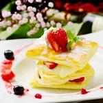 イチゴをたっぷり使ったミルフィーユ。サクサクのパイ生地にカスタードとイチゴの甘味がたまりません! 見たら食べたくなるお洒落な一品です。