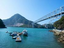 九州本土の三角半島と天草諸島を結ぶ「天草五橋」を臨む