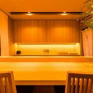 店内は温かみを感じさせるヒノキの色調に統一され、随所にゴールドをあしらった上品な雰囲気。シックな有田焼の質感が料理を一層引き立てます。耳に心地良いピアノの音色を聞きながらゆったりと過ごす至福の時。