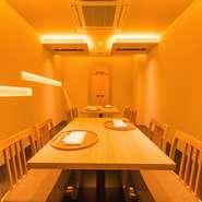 接待や会食に適した半個室は8名まで収容可能。間接照明の柔らかい光に包まれ、和やかなムードの中で会話も弾みます。周りを気にせず落ち着いて食事が楽しめるので、家族の記念日ディナーにもオススメです。