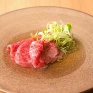 特製のタレを絡めながら炭火で焼き上げた和牛のランプに雲丹をのせた名物丼です。雲丹は北海道の各地からその日の良いものを厳選した一等品。肉の旨み、雲丹の甘みに「また食べたい」と思わずにはいられません。